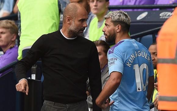 Guardiola tratando de conversar con Agüero.