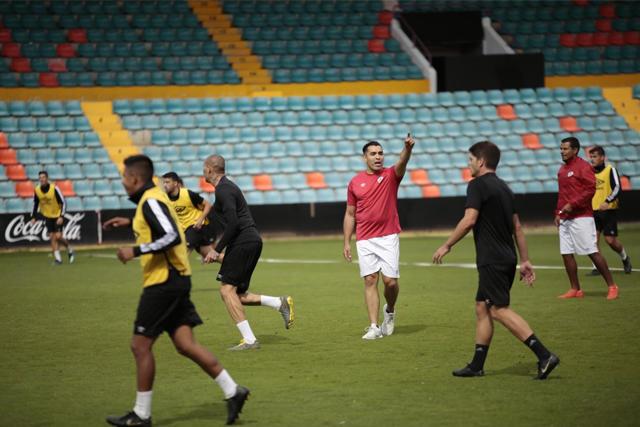 Marco Antonio Rodríguez dirigiendo su primer entrenamiento con el Salamanca