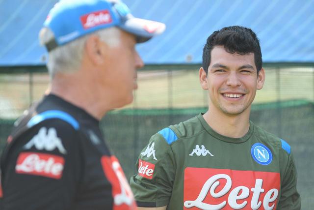 Hirving Lozano en su primer entrenamiento con el Napoli