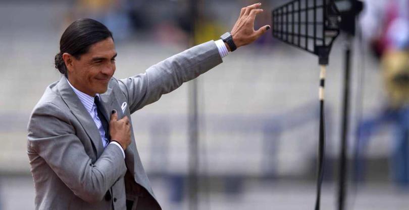 Paco Palencia levanta la mano para dirigir a Cruz Azul