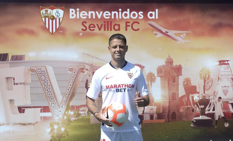 Javier Hernández fue presentado con Sevilla