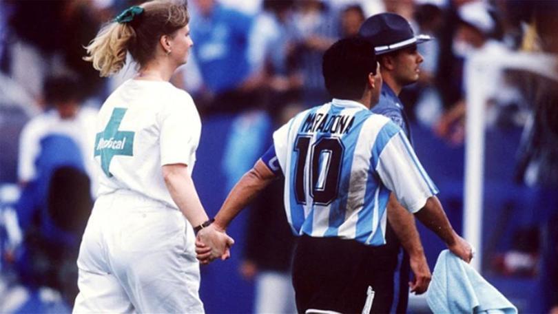 Maradona camino al vestidor en el Mundial de Estados Unidos 94