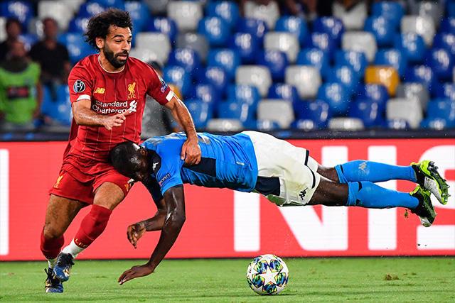 Salah y Koulibaly disputan el balón