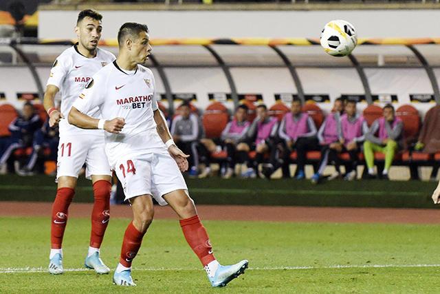 Chicharito anotó su primer gol con el Sevilla