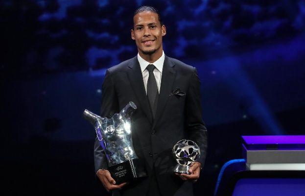 Van Dijk recibió el premio al mejor futbolista de Europa
