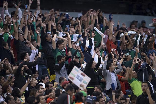Expulsaron a 30 aficionados del Azteca por gritos homofóbicos