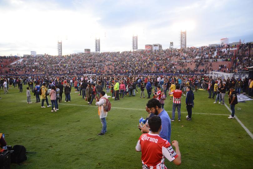 Estadio Alfonso Lastras invadido por la afición tras bronca entre barras