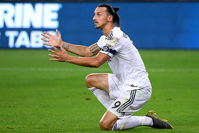 Zlatan hace gesto obsceno a gente de LAFC