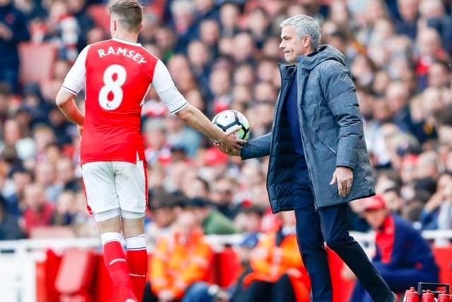 Mourinho fue captado en un palco del estadio del Arsenal