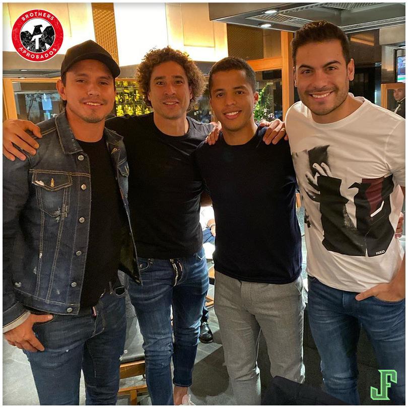 Jerry Flores compartió una foto junto a Ochoa, Giovani y el cantante Carlos Rivera
