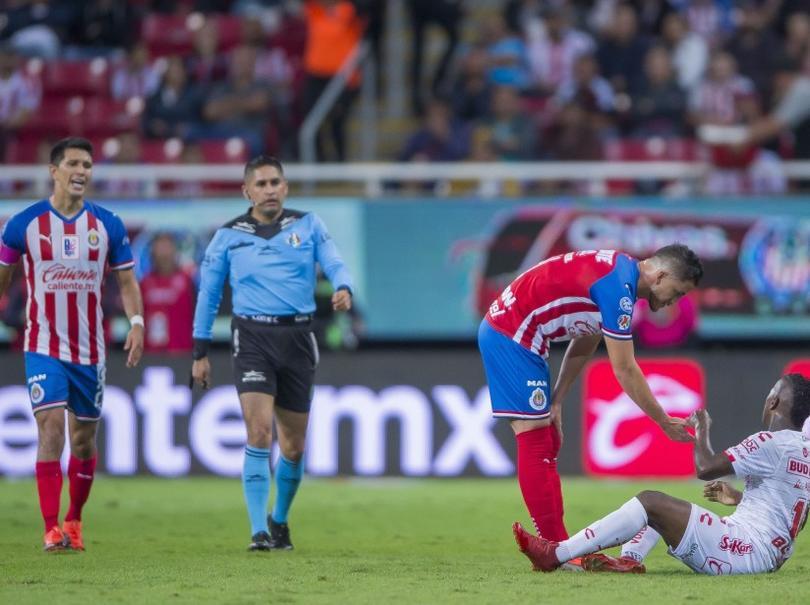 El arbitraje de Óscar Mejía fue polémico durante todo el partido entre Chivas y Xolos