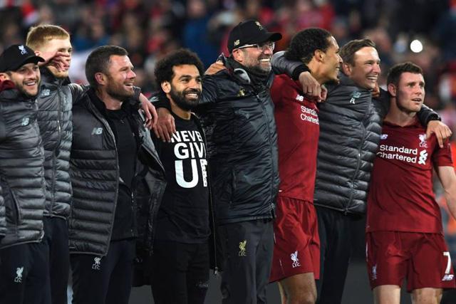 Jugadores del Liverpool celebran con Klopp el pase a la final de la Champions League