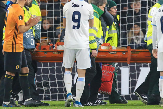 Bajric tuvo que dejar la cancha en camilla tras el golpe que recibió de Jiménez
