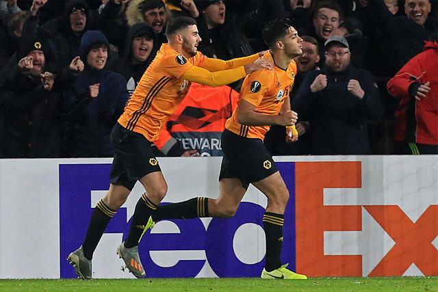 Raúl Jiménez le dio la victoria a los Wolves en la Europa League
