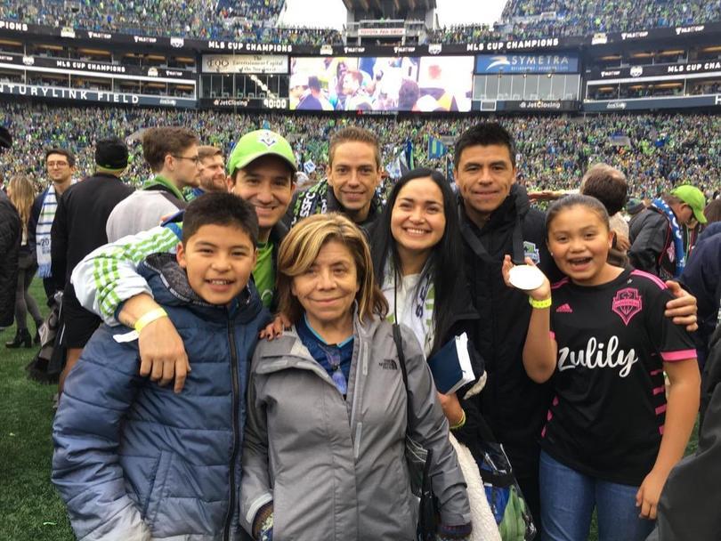 Gonzalo Pineda celebrando con su familia el título de la MLS de Seattle Sounders