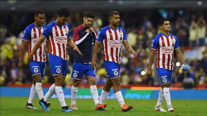 Los 10 futbolistas que podrían salir de Chivas