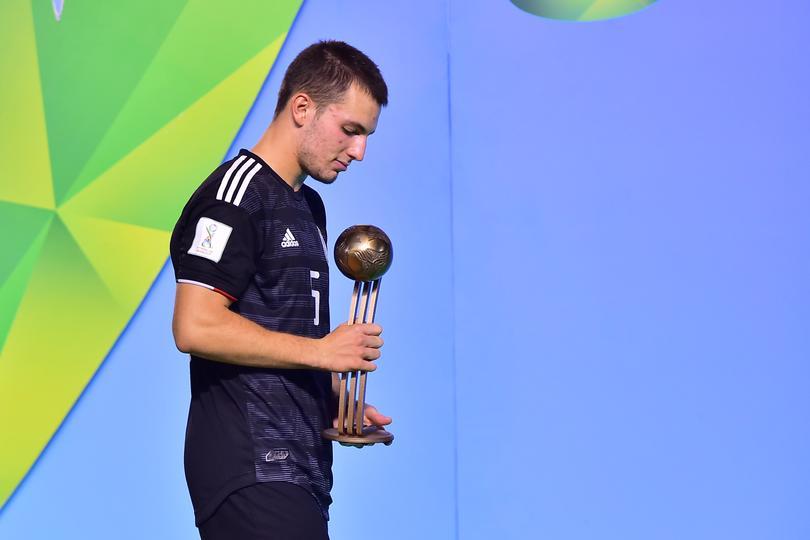 Eugenio Pizzuto recibe el Balón de Bronce de la Copa del Mundo Sub-17 2019