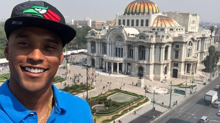 Michael Davis frente al Palacio de Bellas Artes
