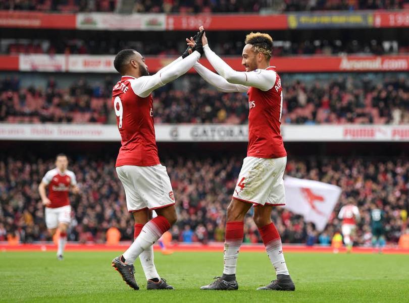Futbolistas del Arsenal celebran un gol