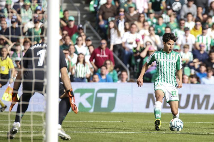La ovación de la afición de Betis a Diego Lainez