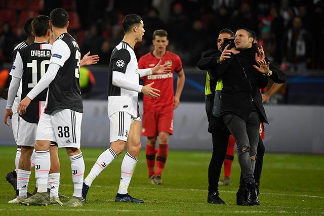 Cristiano Ronaldo se enfadó con un espontáneo en el partido contra Leverkusen