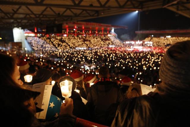 Miles de aficionados se reúnen en el estadio para cantar villancicos
