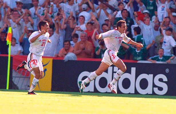 Cuauhtemoc Blanco celebra el golazo que le anoto a Bélgica en Francia ´98