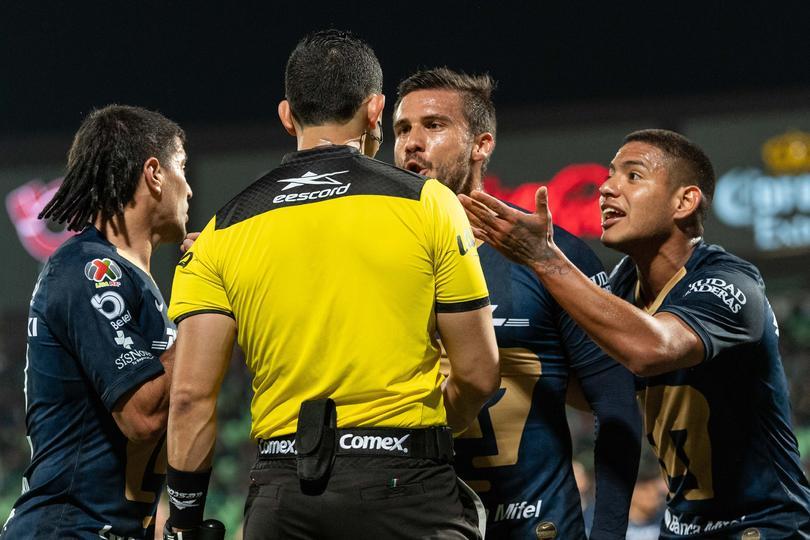 El árbitro expulsa a Rivas que no cometió la mano