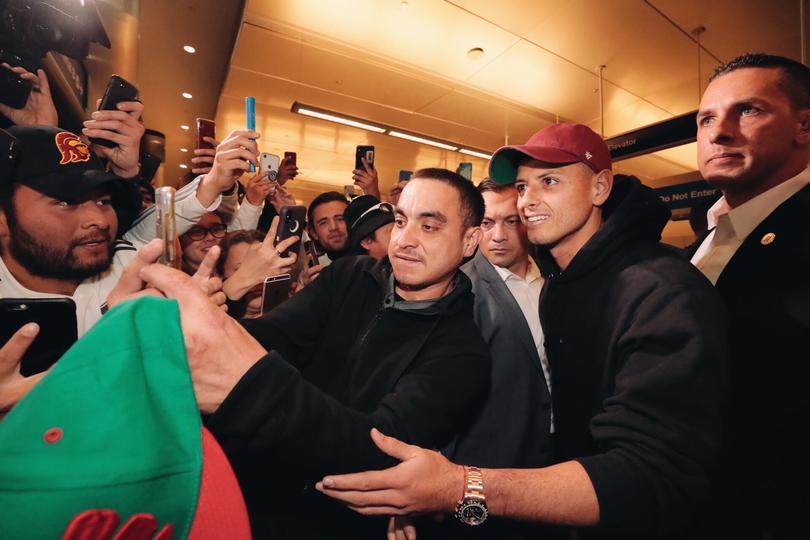 Chicharito provocó un caos en el aeropuerto de Los Ángeles