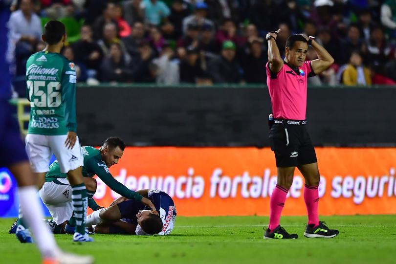 Eugenio Pizzuto, quien fuera Capitán del Tri-Sub 17 y Balón de Bronce del mundial de la categoría del año pasado, DEBUTÓ hoy en la Liga MX con 18 años, sin embargo, 5 minutos después, se trabó con el balón y se fracturó el tobillo.