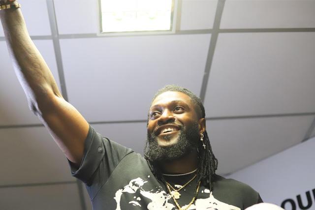 Los hinchas del Olimpia llenaron el aeropuerto para recibir a Emmanuel Adebayor