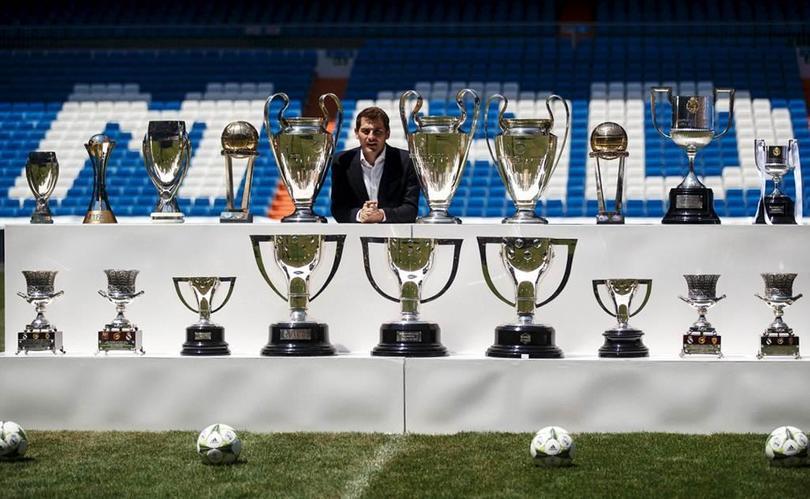 Casillas posa con los trofeos obtenidos durante su etapa merengue