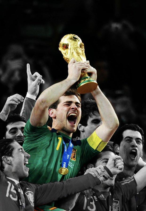 Iker Casillas levanta el trofeo de Campeón del Mundo en 2010