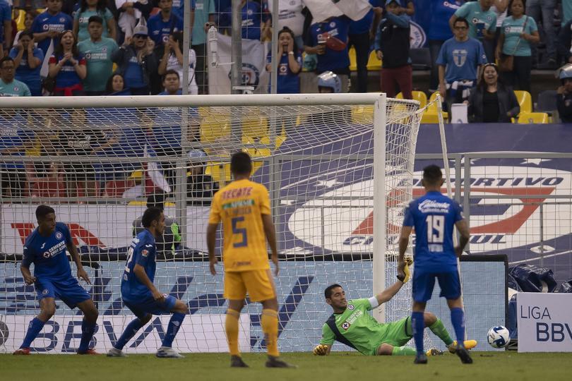 Corona salvó en más de una ocasión a Cruz Azul contra Tigres