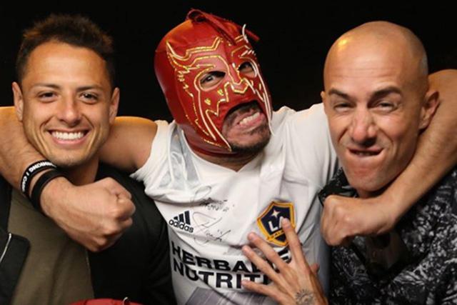 Chicharito apostó con el Escorpión Dorado que anotará más goles que Vela y será campeón con el Galaxy