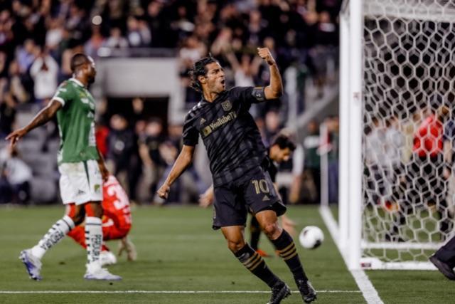 Carlos Vela celebra uno de sus goles contra León