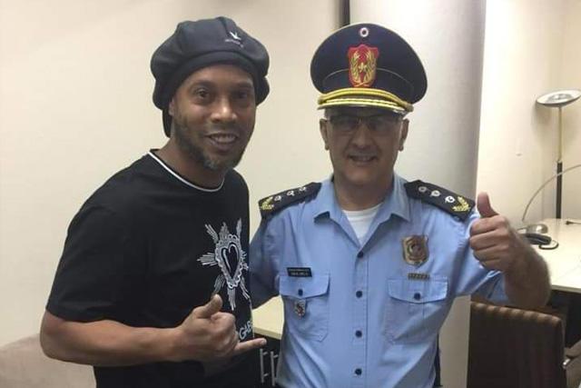 Ronaldinho posa junto a un policía de Paraguay