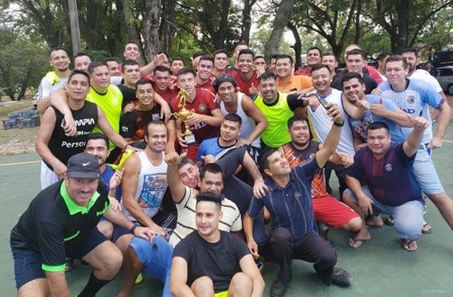 Ronaldinho celebra con los campeones del torneo de futbol en la cárcel de Paraguay