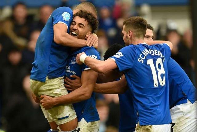 Jugadores del Everton llaman a sus aficionados durante el aislamiento