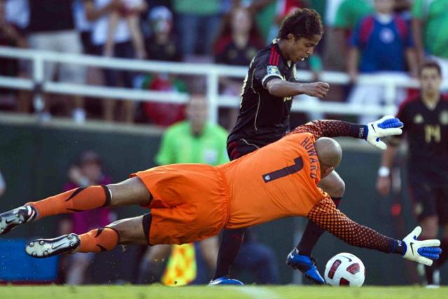 Giovani dos Santos quitándose a Tim Howard antes de marcar un golazo