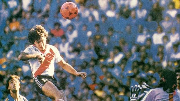 Alonso y el cabezazo cruzado con la pelota naranja. Gatti e Higuaín, espectadores de lujo