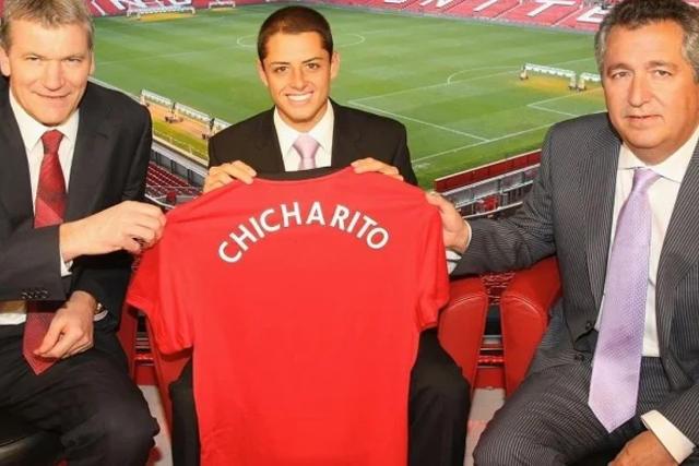 Chicharito el día de su presentación como jugador del Manchester United