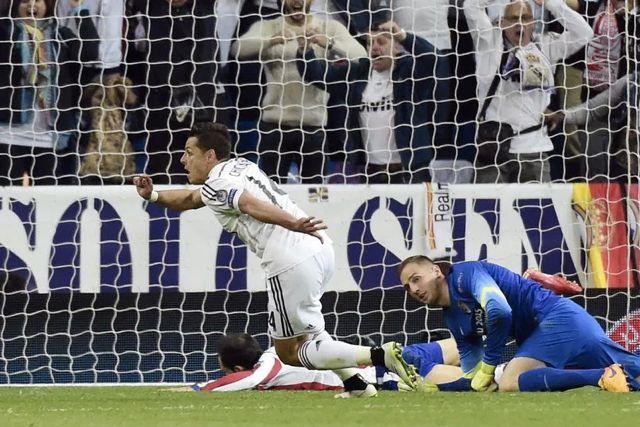 Chicharito anotando su gol al Atlético de Madrid