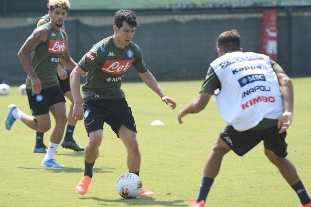 Hirving Lozano en un entrenamiento con el Napoli