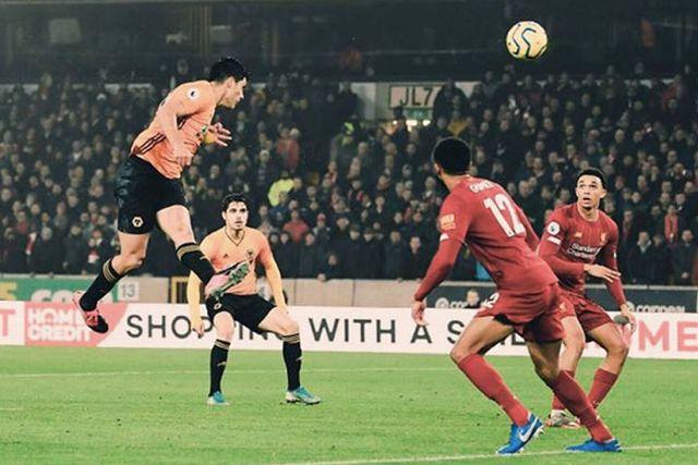 Raúl Jiménez anotando un gol al Liverpool