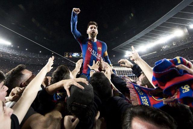 Messi celebrando con la afición la remontada al PSG