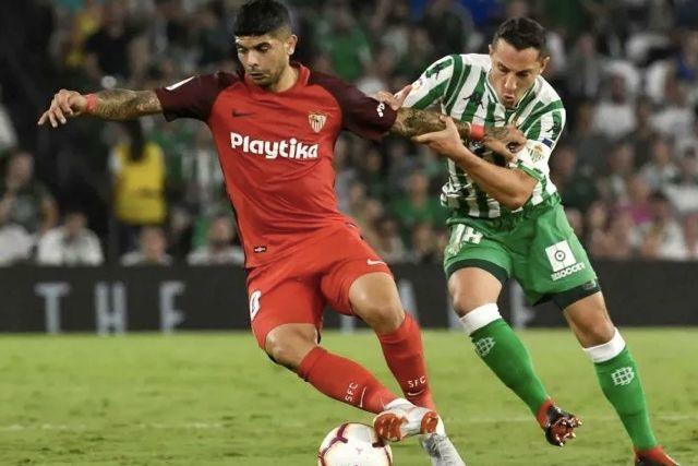 Guardado contra Banega en el Sevilla vs Betis