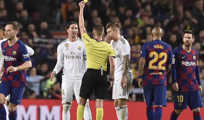Real Madrid y Barcelona durante el derbi en España