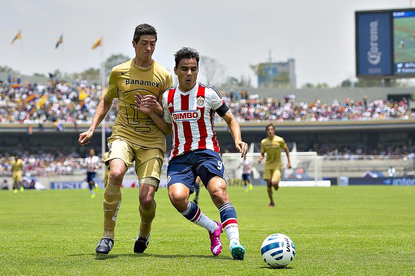 Marco Palacios y Omar Bravo disputando el balón