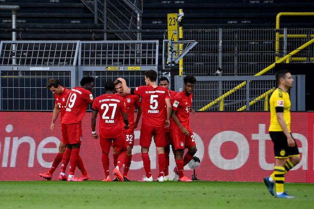 Jugadores del Bayern celebran con Kimmich tras su golazo contra el Dortmund